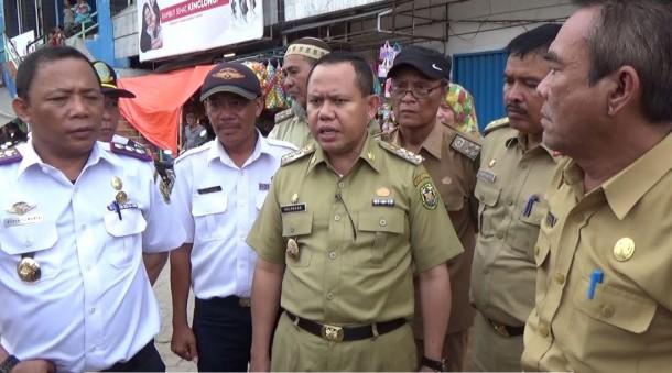 Penjabat (Pj) Wali Kota Bandar Lampung Sulpakar  meninjau Pasar Bambu Kuning, Selasa, 19/1/2016. | Sigit Sopandi/Jejamo.com