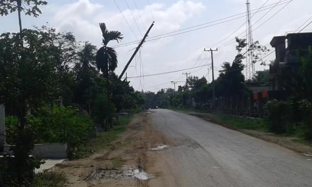 Tiang Listrik di Jalan Raya Punggur Lampung Tengah Nyaris Roboh