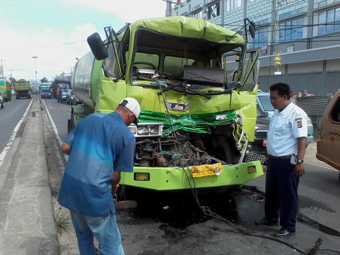 Sebuah truk jenis Hino bertabrakan dengan sesama truk pengangkut minyak di Jalan Raya Lintas Sumatera, Natar Lampung Selatan, tepatnya di depan Markas Koramil Natar, Sabtu, 9/1/2016 | Sigit/jejamo.com