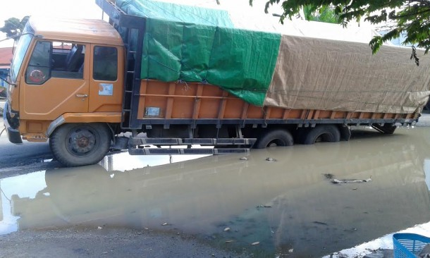 Truk Angkut Semen 30 Ton Masuk Lubang Jalan Raya Merapi Lampung Tengah