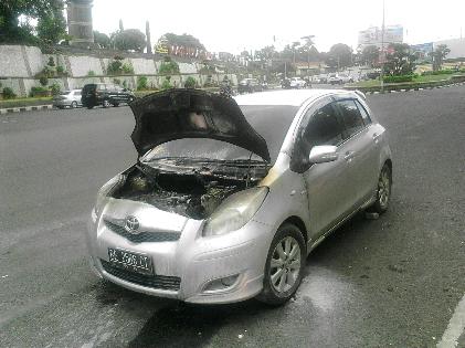Breaking News: Sedan Toyota Yaris Terbakar Depan Taman Kota Bandar Lampung