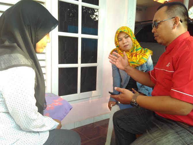 Pemred Jejamo.com Adian Saputra (tengah) bersilaturahmi dengan Kepala Cabang BRI Syariah Tanjungkarang Lampung Dudi Saleh (kiri), Rabu, 6/1/2016. l Robi Brammana/Jejamo.com