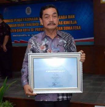 Pj. wali kota Metro A. Chrisna Putra menunjukan penghargaan yang diraih Metro, sebagai salah satu kota terbaik dalam akuntabilitas kinerja pemerintah.