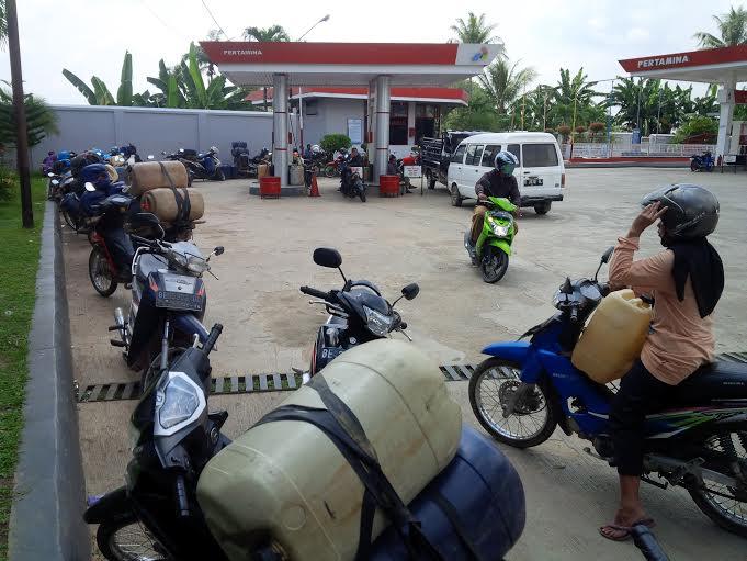 pembeli di SPBU pajaresuk yg menggunakan jerigen mengantri menunggu supply BBM datang. | Nur Kholik/Jejamo.com