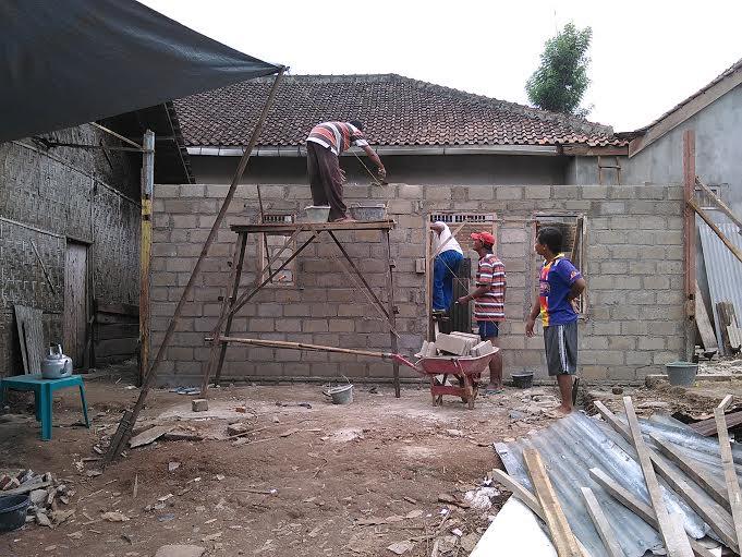 Masyarakat setempat secara bergantian bergotong royong membangun kediaman layak huni untuk Mbah Sarti. | Tyas Pambudi/Jejamo.com