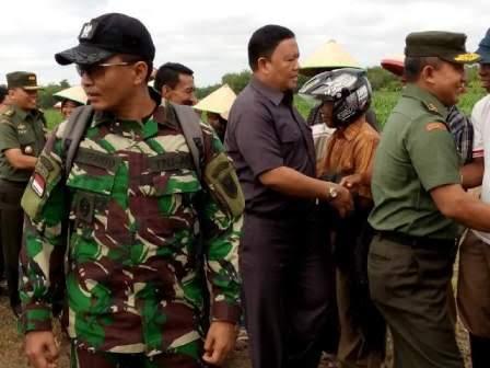 Dirjen PSP Kementerian RI didampingi Aster Kasad dan Danrem 043/Gatam meninjau Lokasi Cetak Sawah Di desa suka maju kabupaten Mesuji, Senin, 18/1/2016. | Ist.