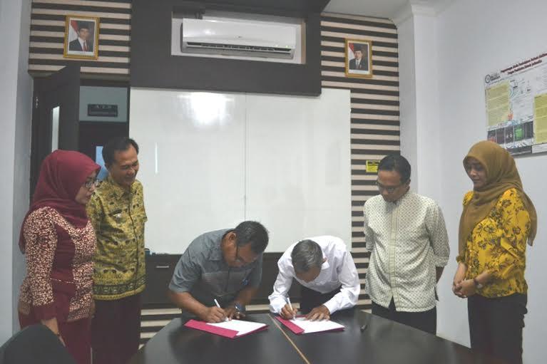 Penandatanganan perjanjian kerjasama tentang pendidikan, pelatihan, dan pengembangan web JDIH antara IBI Darmajaya dan Pemkab Tanggamus, Selasa, 26/1/2016. | Ist.