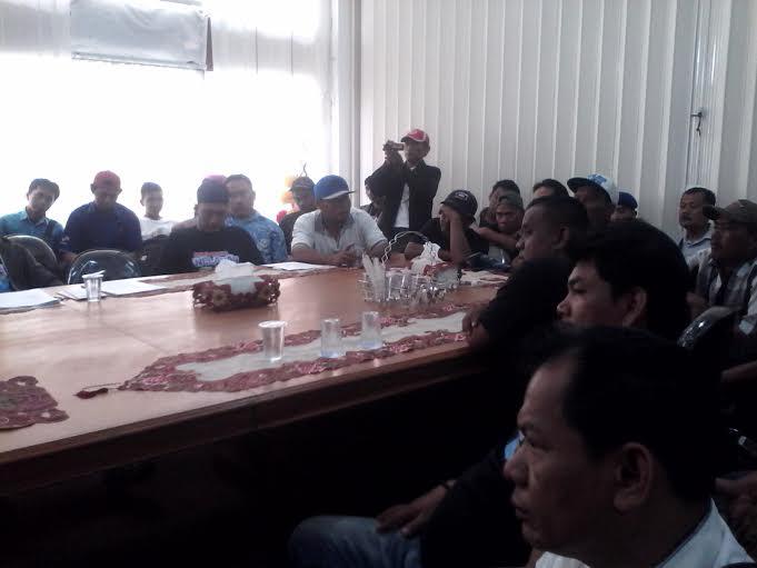 Sejumlah nelayan Bandar Lampung berdiskusi dengan Kadis Perikanan dan Kelautan Lampung Setiato dan Kadis kominfo Lampung Semarju Saeni. | Widyaningrum/Jejamo.com