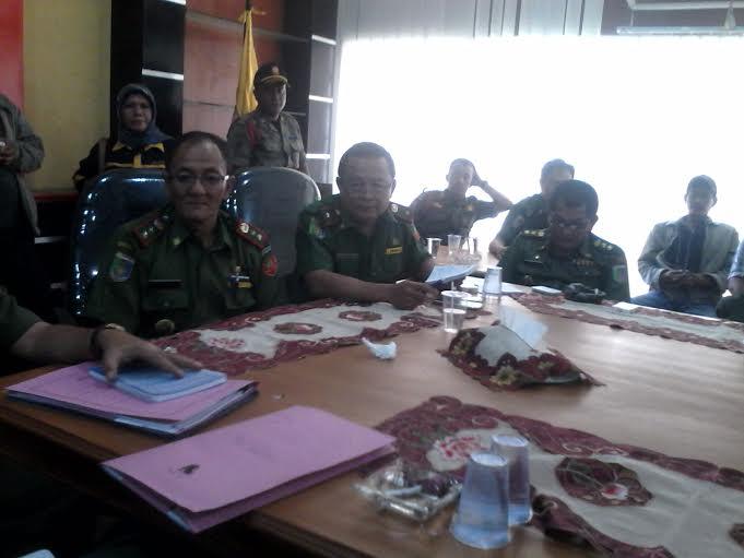 Kadis Kelautan Dan perikanan Setiato, Kadis Kominfo Sumarju saeni, berdiskusi bersama perwakilan Nelayan Kota Bandar Lampung. | Widyaningrum/Jejamo.com