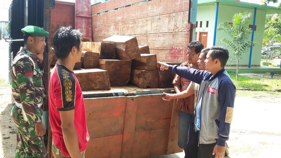 Tim Intel Korem 043/Gatam amankan kayu ilegal dari Padang Cermin Pesawaran. | Ist.