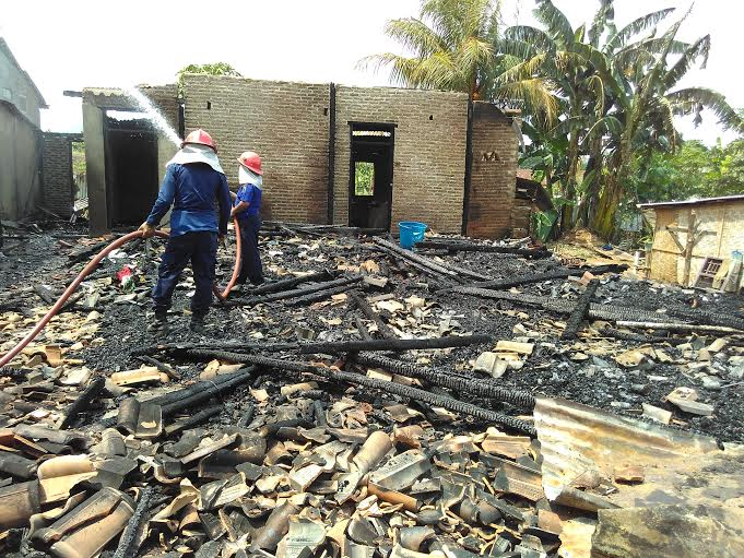 Petugas Pemadam Kebakaran Natar Lampung Selatan masih memadamkan sisa-sisa api dilokasi kebakaran, Jumat, 15/01/2016. | Andi Apriadi/Jejamo.com