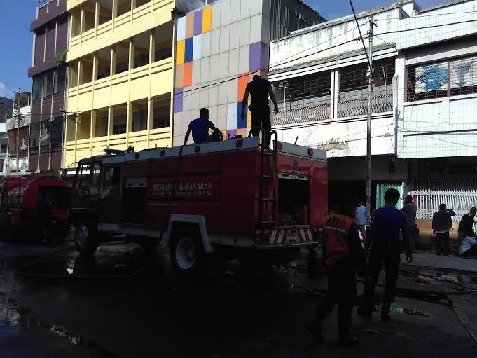 Sejumlah petugas pemadam kebakakaran masih siaga memadamkan api di took karpet di Telukbetung Selatan Bandar Lampung. | Andi Apriyadi/Jejamo.com