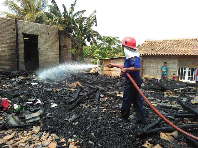 Petugas Pemadam Kebakaran Natar Lampung Selatan mencoba memadamkan sisa-sisa api di lokasi kebakaran, Jumat, 15/01/2016. | Andi Apriadi/Jejamo.com
