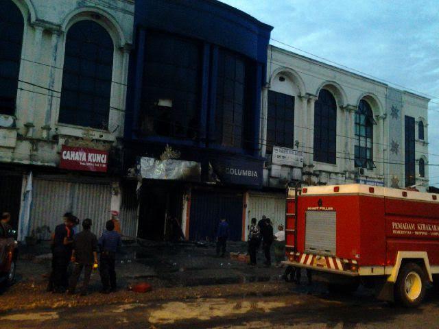 Kebakaran di toko Maju Jaya Elektronik/Visicom di Kelurahan Kalibalok Kencana, Bandar Lampung, Jumat, 22/01/2016. | Andi Apriadi/Jejamo.com