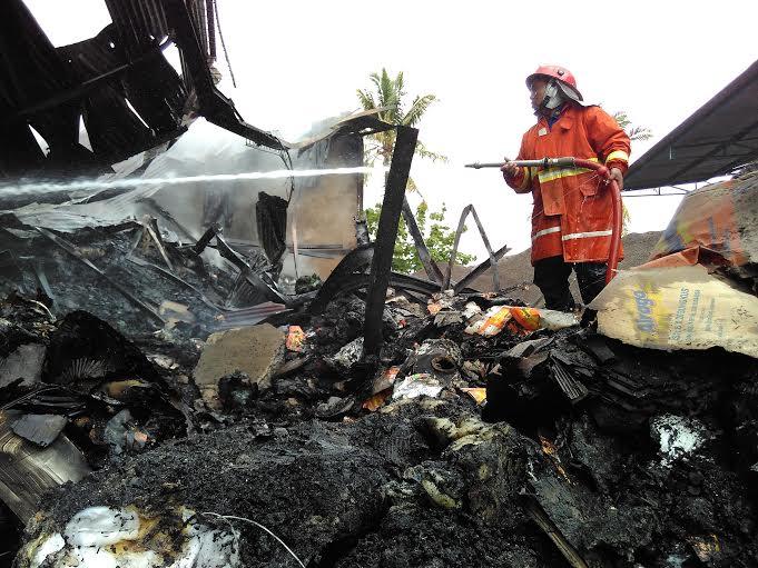 Sudah 10 jam lebih petugas pemadam kebakaran tengah berupaya memadamkan kebakaran di gudang penyimpanan snack Natar Lampung Selatan. | Andi/Jejamo.com