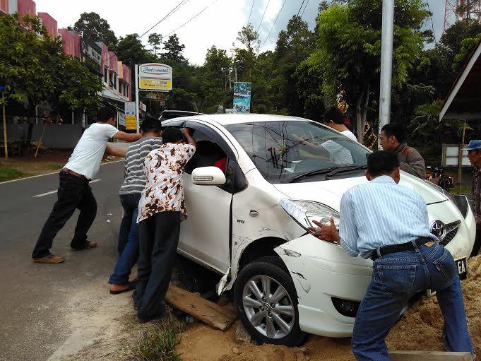 Breaking News: Diseruduk Minibus, Sedan Terpental di Tugu Durian Bandar Lampung