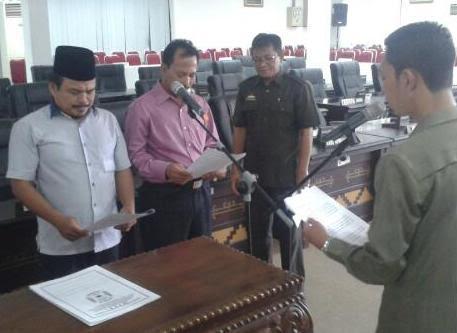 M. Romli, S.Ag caleg dari PKB dan Ketut Supardi diambil sumpah saat gladi bersih, Rabu, 13/1/2016. | Heri Fulistiawan/Jejamo.com