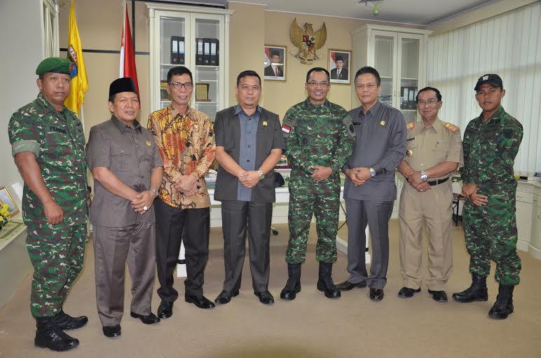 Korem 043/Gatam foto bersama dengan anggota DPRD Provinsi Lampung. | Istimewa.