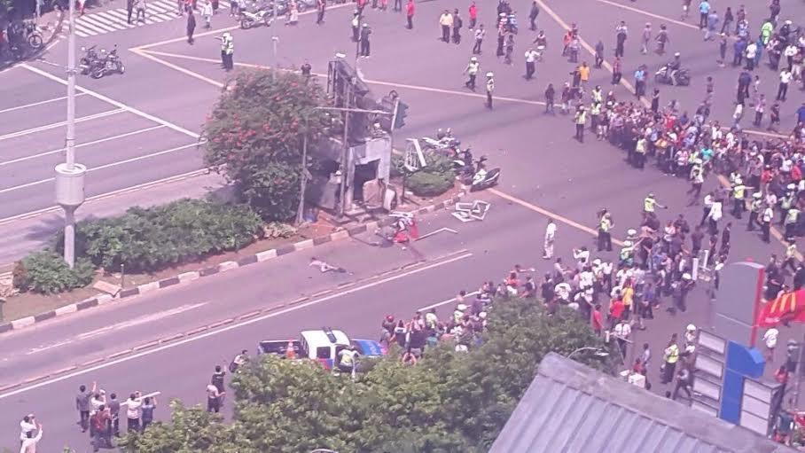 Warga berhamburan akibat ledakan yang terjadi di pos Polisi Sarinah di Jalan Thmarin Jakarta Pusat, Rabu, 14/1/2016. | Ist.