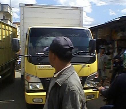 Suasana kemacetan di jalan depan Pasar Talangpadang, Tanggamus, Kamis, 21/1/2016. | Sumadi/Jejamo.com