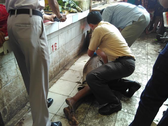Pengunjung pasar panjang digegetkan dengan penemuan mayat laki-laki di pasar panjang Bandar Lampung, Rabu, 20/1/2016. | Andi Apriadi/Jejamo.com
