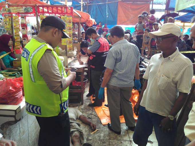 Polsekta Panjang Bandar Lampung saat melakukan identifikasi mayat di pasar Panjang Bandar Lampung, Rabu, 20/1/2016. | Andi Apriadi/Jejamo.com