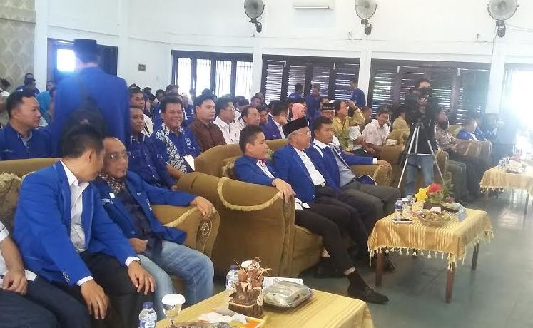 Wasekjen DPP PAN, Agus Ediyanto (paling kiri), ketua DPD PAN Bandar Lampung Tobroni Harun (tengah) dan ketua DPW PAN Lampung, Saad Sobari (paling kanan) saat menghadiri Musda PAN Bandar Lampung, Senin 11/1/2016. | Arif Wiryatama/Jejamo.com