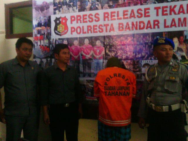 Willy Ramadani (18), pelaku pencurian dan pemerkosaan digelandang di Polresta Bandar Lampung. | Andi Apriadi/Jejamo.com
