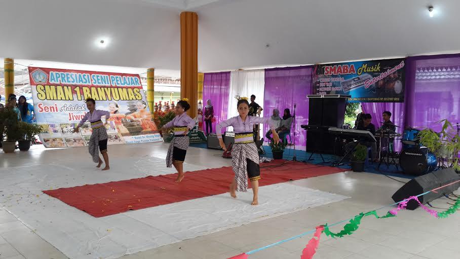 Aksi siswa SMAN 1 Banyumas pada pentas seni pelajar Pringsewu di Aula Pendopo Pringsewu, Sabtu, 30/1/2016. | Nur Kholik/Jejamo.com