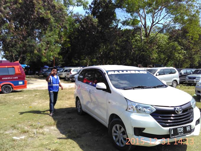 Memanfaatkan momen liburan, Jali beralih profesi dari nelayan menjadi petugas parkir. | Andi/Jejamo.com