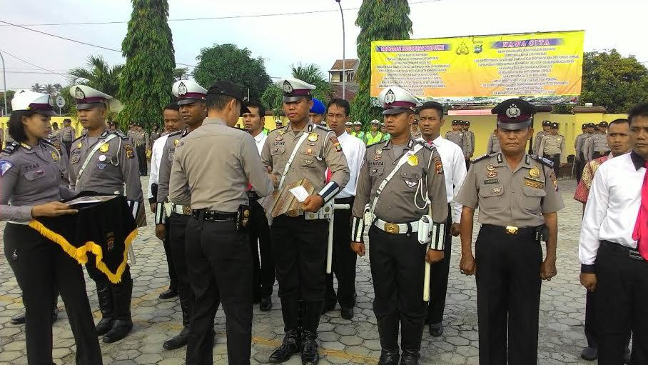 Kapolres Lamsel, AKBP Adi Ferdian Saputra memberikan penghargaan kepada polisi Lampung Selatan yang berprestasi di Mapolres Lamsel, Senin, 18/1/2016. | Heri Fulistiawan/Jejamo.com