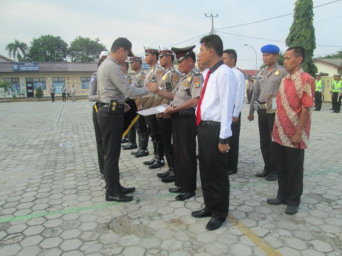 Caption: Kapolres Lamsel AKBP Adi Ferdian Saputra S.Ik,MH sedang memberhentikan 5 anggotanya dan memberikan penghargaan kepada 5 anggota nya di halaman Mapolres setempat. | Heri Fulistiawan/Jejamo.com