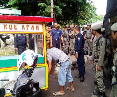 Satpol PP Kota Metro melakukan penertiban di Jalan Imam Bonjol, Metro Pusat. | Tyas Pambudi/Jejamo.com