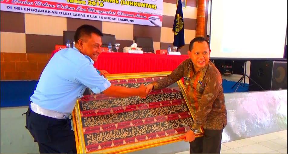 Kepala Lapas 1 Bandar Lampung Kunto, menyerahkan cindera mata kepada Pj. Wali Kota Bandar Lampung, Sulpakar. | Sigit Sopandi/Jejamo.com