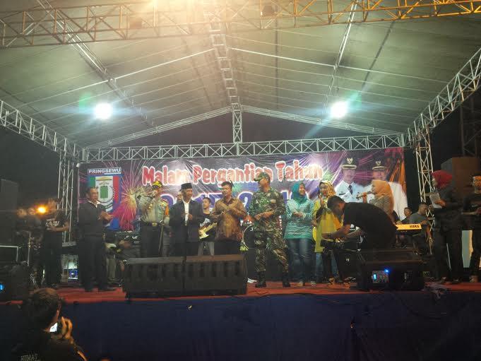 Suasana perayaan malam pergantian tahun di Lapangan Pendopo Pringsewu. | Nur Kholik/Jejamo.com
