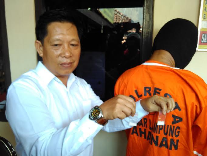 Kepala Satuan Reserse Narkoba Polresta Bandar Lampung Iptu Herlan Arfa menunjukan barang bukti sabu dari tersangka Toni Effendi di Polresta, Senin, 18/01/2016. | Andi Apriadi/Jejamo.com