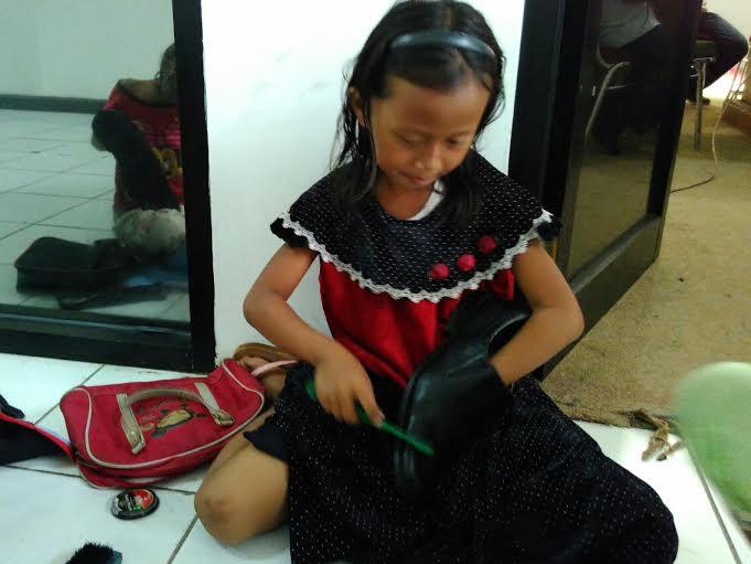 Ingin Bantu Orang Tua, Bocah 9 Tahun Ini Jadi Tukang Semir di Perkantoran Pemprov Lampung