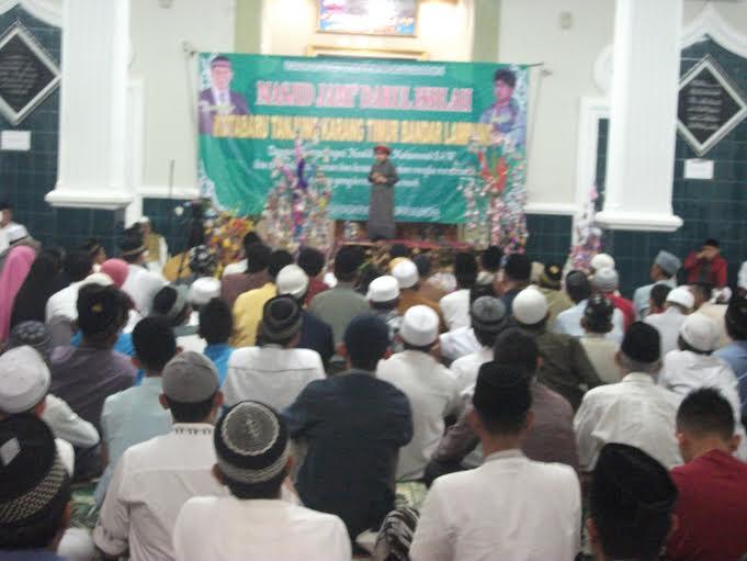 Aksi Ustaz Mumuy di hadapan ratusan jamaah Masjid Jami' Ishlah Kotabaru Bandar Lampung, Minggu malam, 3/1/2016.  | Sigit/Jejamo.com