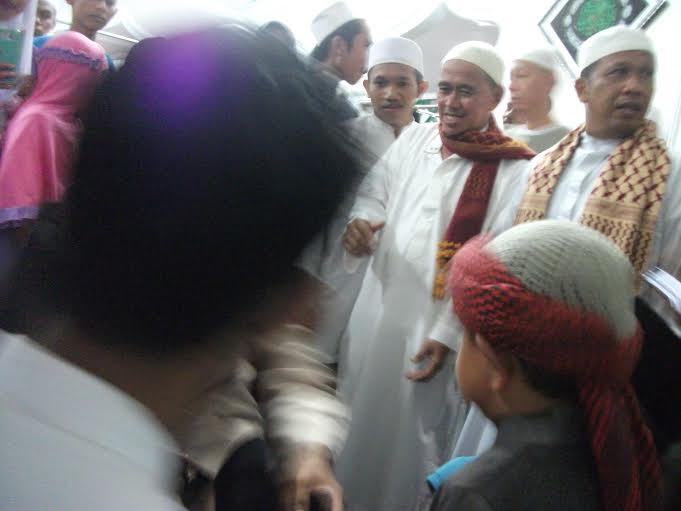 Bak Selebriti, Jemaah Bandar Lampung Berebut Foto Bareng Ustaz Mumuy