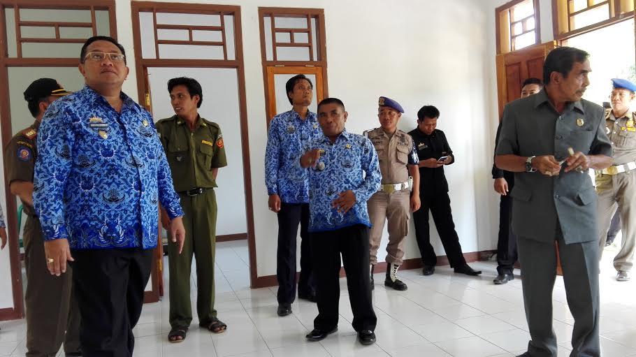 Wakil Bupati Lampung Utara Sri Widodo bersama pejabat dan seluruh kepala desa, meninjau hasil pembangunan ADD di Kecamatan Abung Pekurun. | Defri/Jejamo.com