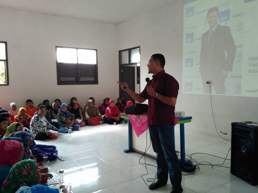 AXA menjadi sponsor kehormatan pada Lomba Mewarnai Antar-PAUD Se-Kecamatan Tanjung Bintang, Lampung Selatan, Sabtu, 13/2/2016. Hasan Ashari, pembicara dan fasilitator mewakili AXA Financial Indonesia Cabang Lampung. | Ist