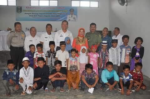 Pemerintah Kabupaten (Pemkab) Lampung Timur melalui Bagian Kesejahteraan Masyarakat memberikan bantuan kepada anak yatim piatu di Kecamatan Labuhan Ratu, Kamis 11/2/2016 | Suparman/jejamo.com
