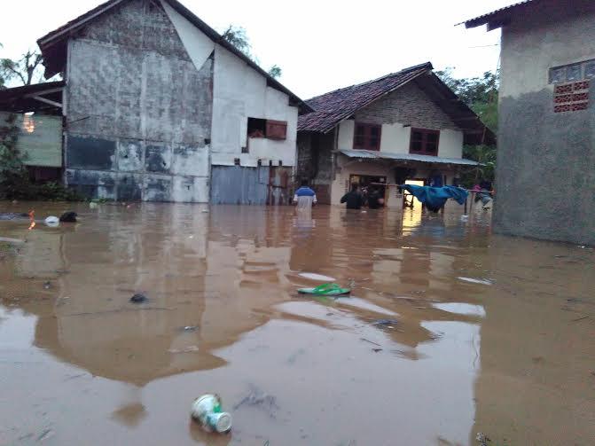 Rumah warga di Jalan Ridwan Rais, Gang Ainan, RT 1, Lingkungan 1, Kelurahan Kali Balau Kencana, Kecamatan Kedamaian Bandar Lampung, terendam banjir | Andi/jejamo.com