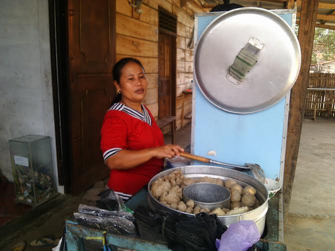 Sukijem atau biasa disapa dengan panggilan Bude pemilik Warung Lesehan Wong Solo di Kotabumi, Lampung Utara | Rengki/jejamo.com