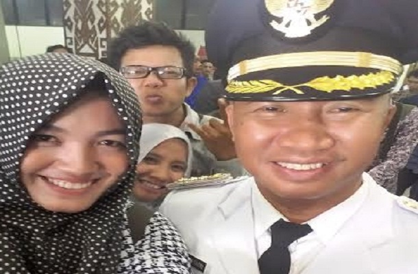 Bupati Lampung Barat Mukhlis Basri, saat berfoto bersama dengan wartawan usai diwawancarai di Balai Keratun, Rabu 17/2/2016 | Tama/jejamo.com