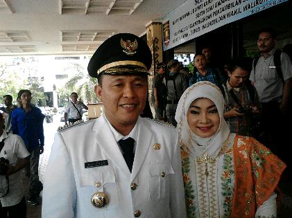 Bupati Lampung Tengah periode 2016-2021 Mustafa bersama istri | Sugiono/jejamo.com