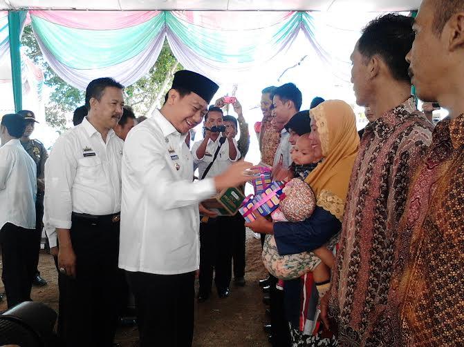 - Bupati Lampung Utara Agung Ilmu Mangkunegara memberikan bantuan kepada masyarakat Desa Abung Raya, Kecamatan Abung Selatan, Kamis, 18/2/2016 | Lia/jejamo.com