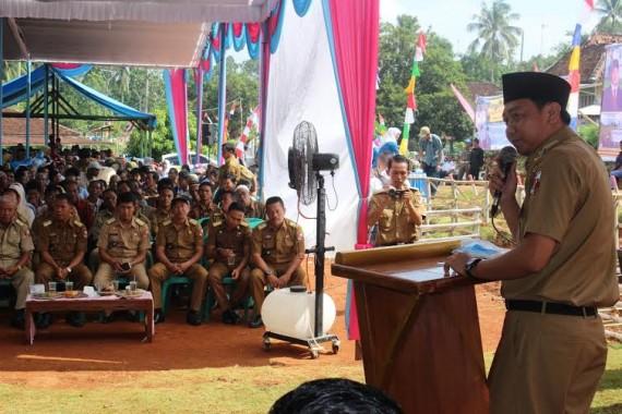 Bupati Lampura H. Agung Ilmu Mangkunegara memberikan sambutan saat Kunker di Desa Way Melan, Kecamatan Kotabumi Selatan | Lia/jejamo.com