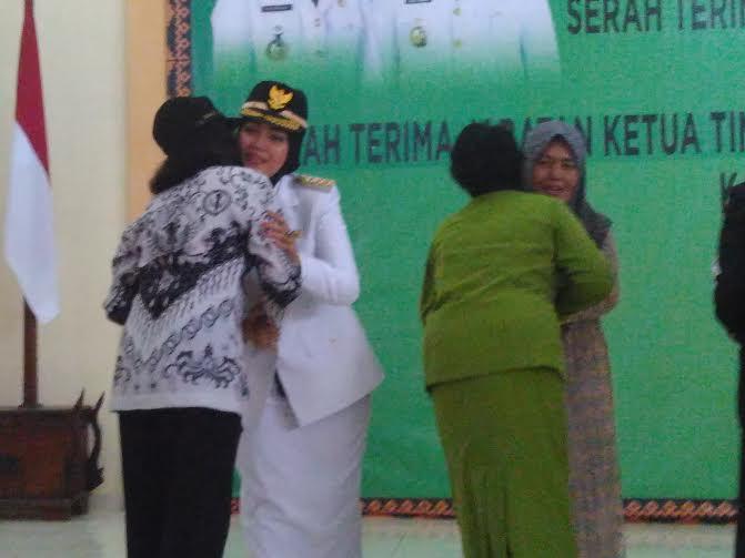 Bupati Lampung Timur Chusnunia Chalim bersalaman dengan tamu undangan | Wahyu/jejamo.com