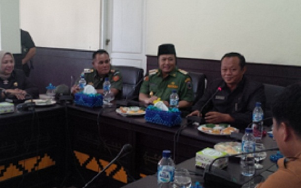 Bupati Lampung Selatan Zainudin Hasan,Wakil Bupati Nanang Ermanto dan Ketua DPRD Lamsel Hendri Rosadi saat silaturahmi di ruang banggar kantor DPRD setempat, Senin, 29/2/2016 | Heri/jejamo.com